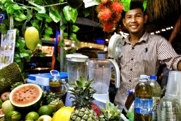 Man selling fresh juice at the Night Market in Siem Reap (Cambodia) - ShopkeeperStories.com